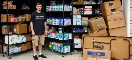 Homem estoca 17.000 garrafas de álcool gel, mas Amazon impede as vendas