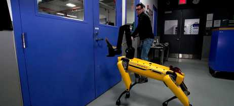 Cão robô da Boston Dynamics mostra sua força em teste com humano