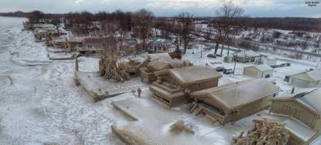 Imagens de drone mostram casas congeladas na beira de lago nos EUA