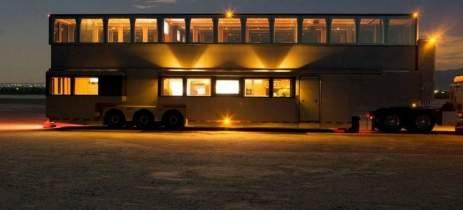 Luxo sobre rodas: motorhome de Will Smith tem dois andares, cinema e muito mais