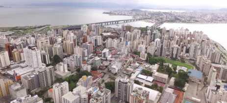 Imagens de drones mostram Florianópolis e Chapecó completamente desertas