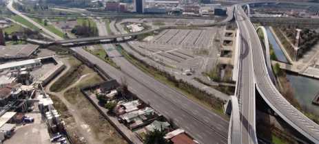 Imagens de drone mostram rodovias desertas perto de Milão por causa do Covid-19