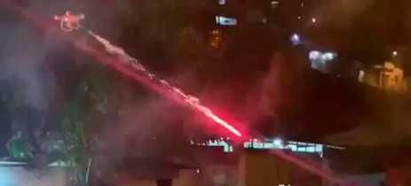 Vídeo mostra drone disparando fogos de artifício em um local com pessoas