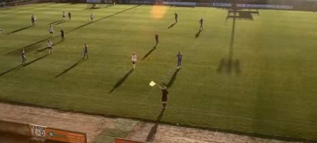 Inteligência artificial em transmissão de futebol confunde cabeça de bandeirinha com a bola