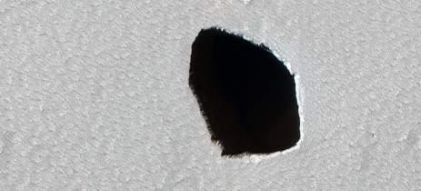 NASA divulga imagens de misterioso buraco com 180 metros de diâmetro em Marte