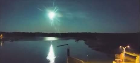 Meteoro é capturado por câmera de segurança durante a noite