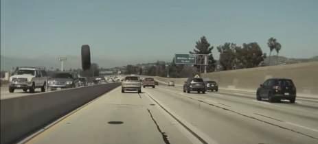 Veja Autopilot de Tesla Model 3 salvando motorista de pneu voador na estrada