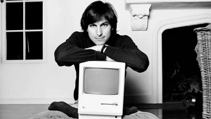 Steve Jobs posa com um Macintosh em 1984