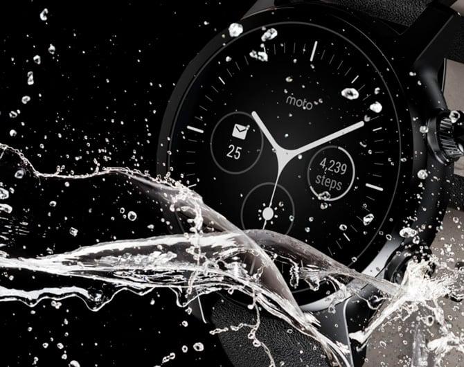 Imagem do design do Moto 360 exposto à água