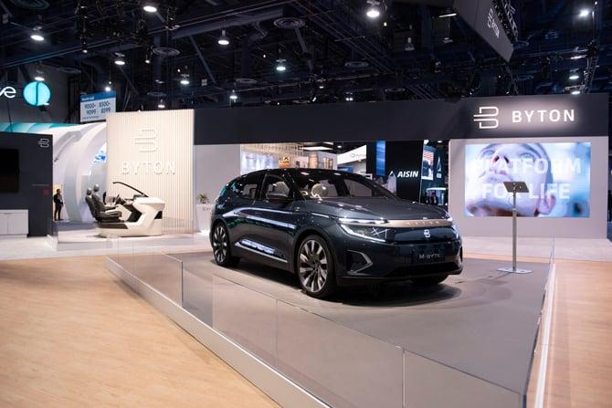 Byton apresenta o M-Byte, um SUV elétrico com tela sensível ao toque de 48 polegadas