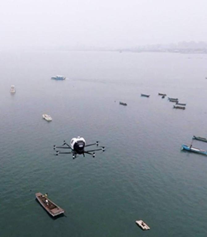 Drone leva passageiro em voo na China, mesmo com chuva - Veja vídeo