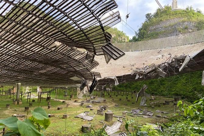 Observatório Arecibo, segundo maior radiotelescópio do mundo, foi danificado por cabo de suporte