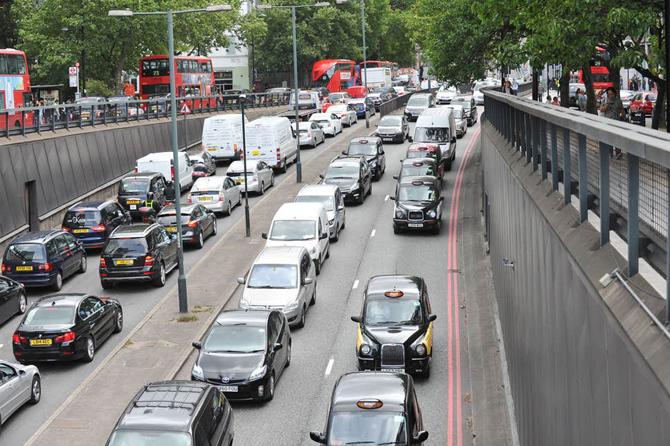 Reino Unido pode antecipar a proibição da venda de carros movidos a gasolina para 2030