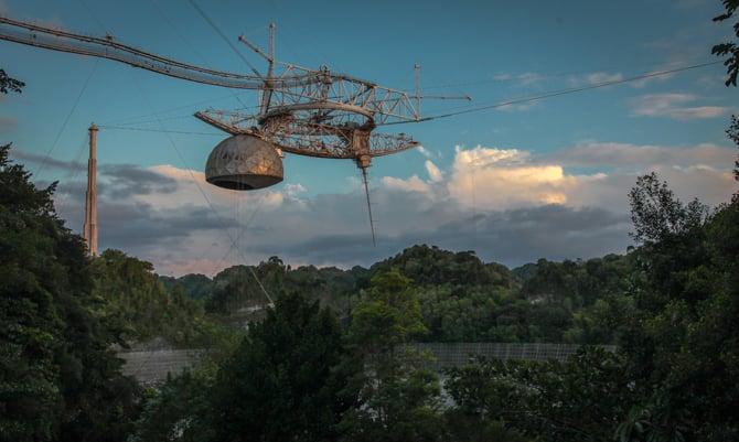 Plataforma do telescópio do Observatório Arecibo em Porto Rico desaba