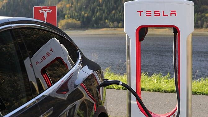 Veículo Tesla em estação de recarga de bateria