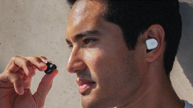 Fones de ouvido MW08 em uso
