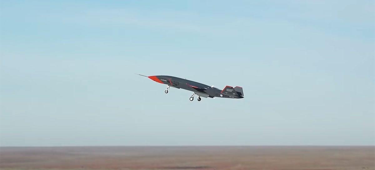 Drone Loyal Wingman da Boeing levanta voo pela primeira vez