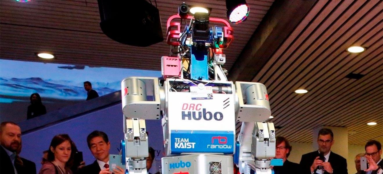 Robô carrega tocha olímpica das Olimpíadas de Inverno da Coreia do Sul