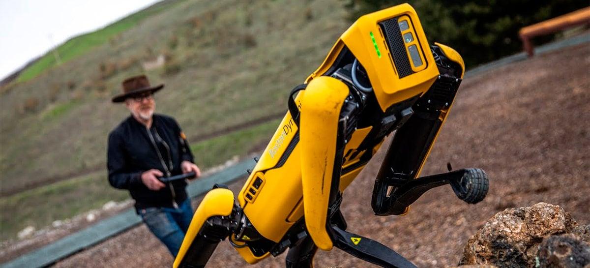 Ex-Mythbuster Adam Savage mostra robô da Boston Dynamics puxando sua carroça