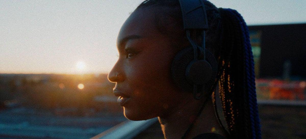 Adidas apresenta fone de ouvido sustentável com energia solar