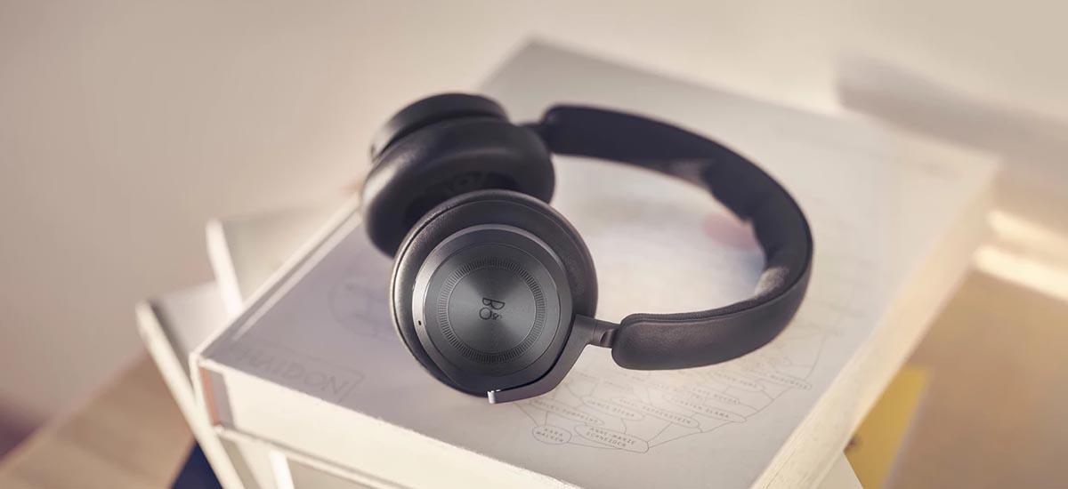 Bang & Olufsen lança fone de ouvido premium HX com 35 horas de bateria