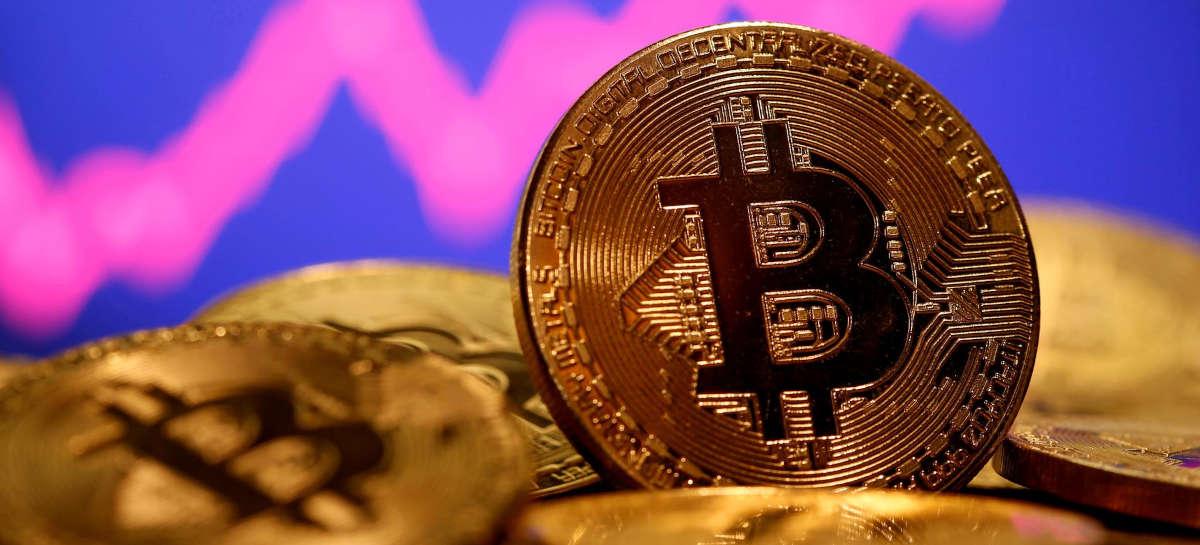 Bitcoin cai cerca de 10% após novo topo histórico