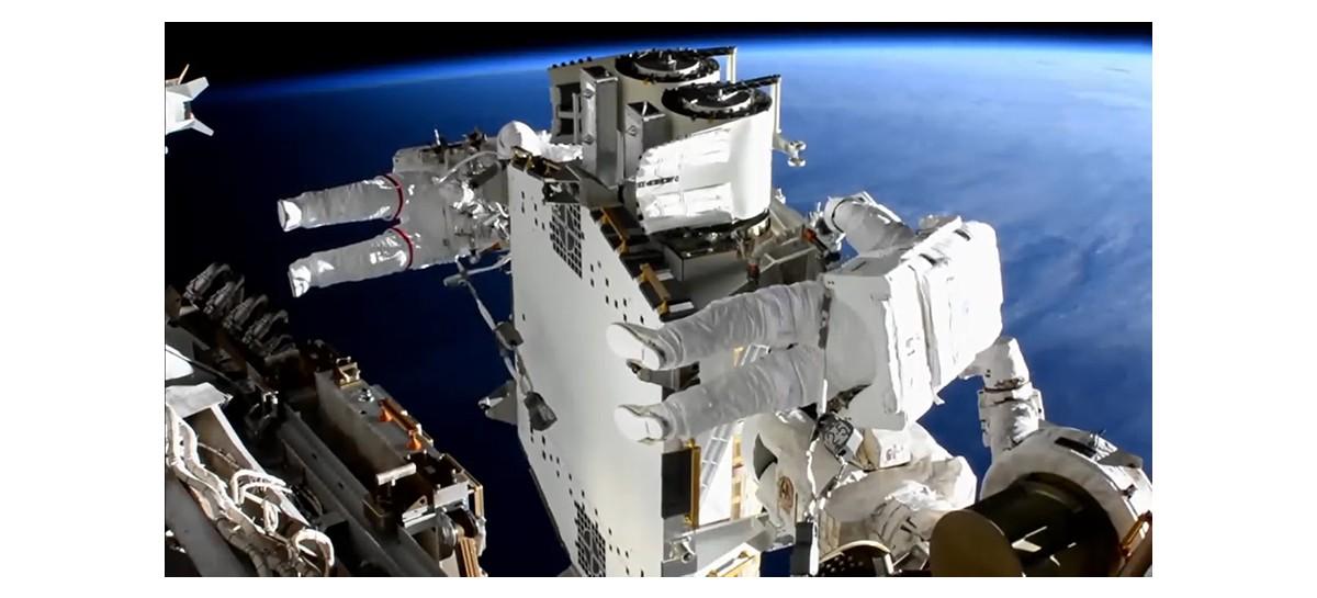 Astronautas instalam novo painel solar na Estação Espacial Internacional