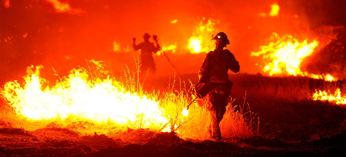 """Drones com """"bolas de fogo"""" se mostram eficazes no combate a incêndios nos EUA"""