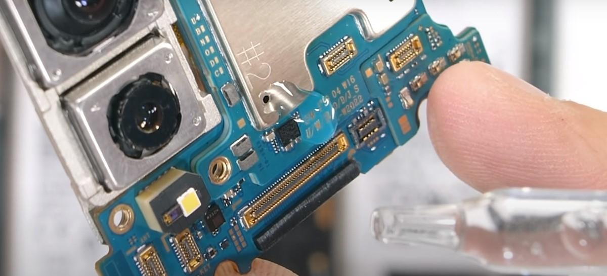 Ele voltou! Youtuber testa resistência à agua no Galaxy Z Fold 3 em novo vídeo