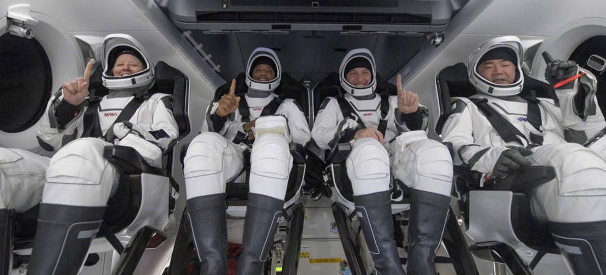 Astronautas da missão Crew-1 da SpaceX retornam à Terra em segurança