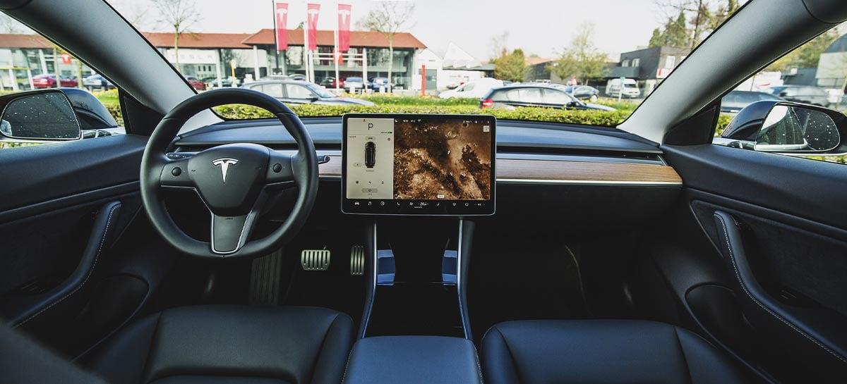 Tesla inclui câmera de monitoramento do motorista em veículos