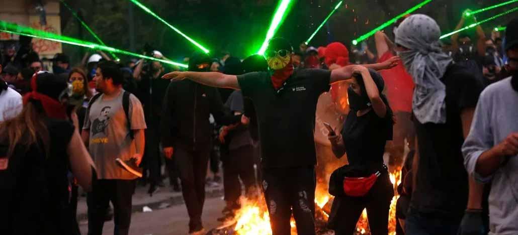 Manifestantes chilenos utilizam lasers para derrubar drones de vigilância