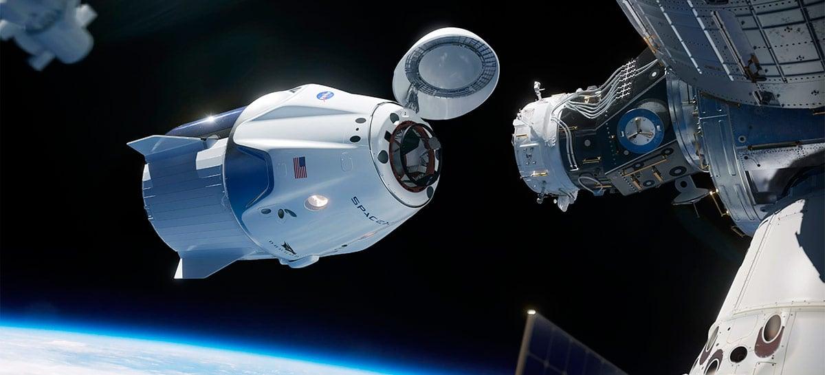 Vídeo filmado da Terra mostra momento raro de cápsula da SpaceX se aproximando da EEI