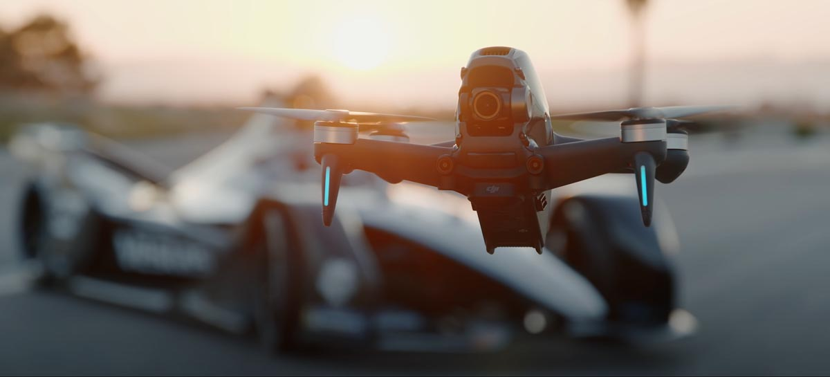 DJI FPV Drone entra na pista para correr contra um Porsche e Mercedes-Benz