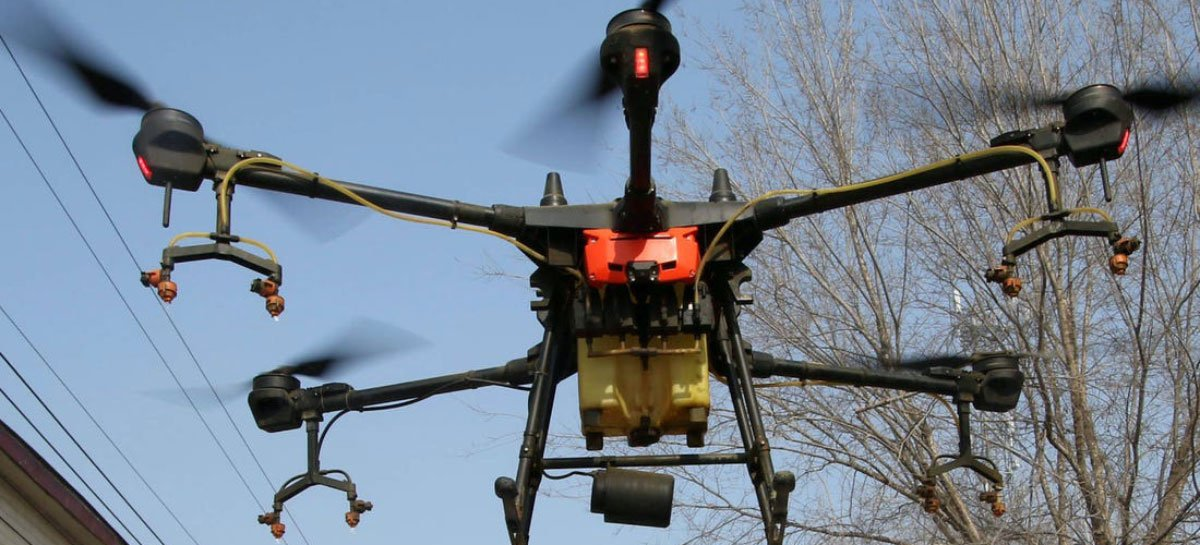 Polícia da Espanha usa drones para alertar pessoas na rua sobre Coronavírus - VÍDEO