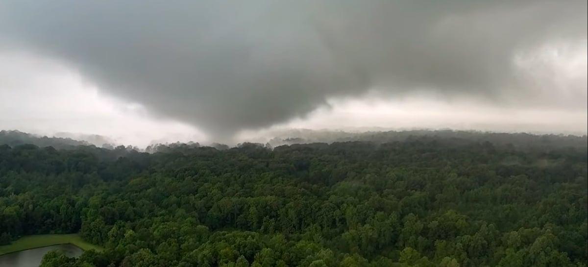 Drone captura vídeo impressionante quase dentro de tornado antes de ser sugado