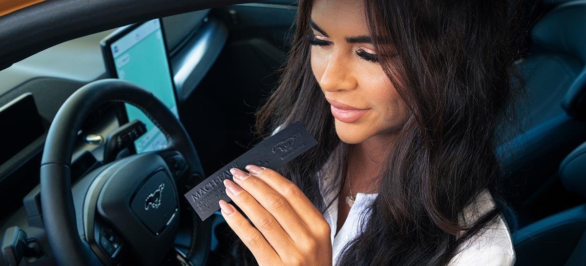 Ford lança perfume com cheiro de gasolina para quem reclama de carros elétricos
