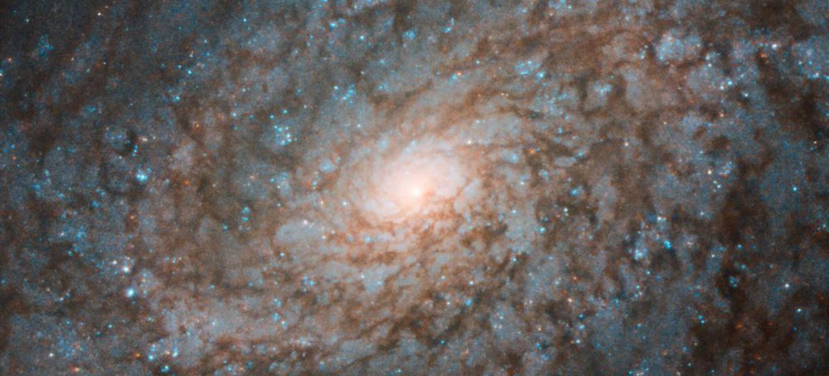 Telescópio espacial Hubble tira foto de galáxia com aparência floculenta