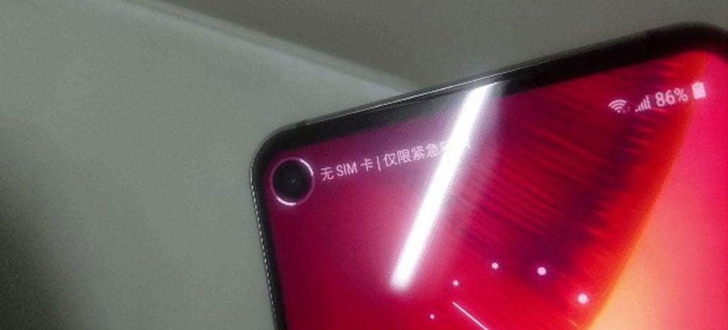 Câmera frontal do Galaxy S10 aparece em foto com design Infinity-O [Rumor]