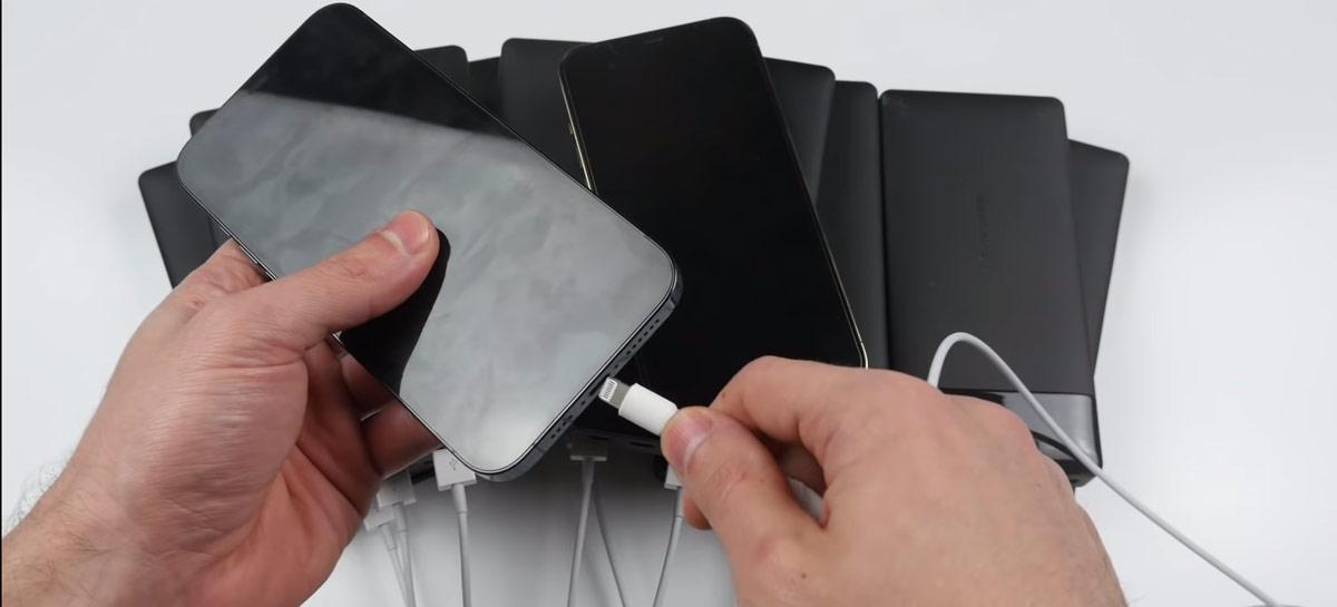 O que recarrega um iPhone 12 Pro Max mais rápido: uma tomada ou 10 powerbanks?