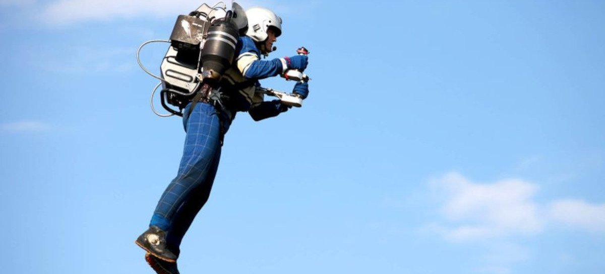 """FBI investiga relatos de """"cara em um jet pack"""" voando próximo a aviões"""