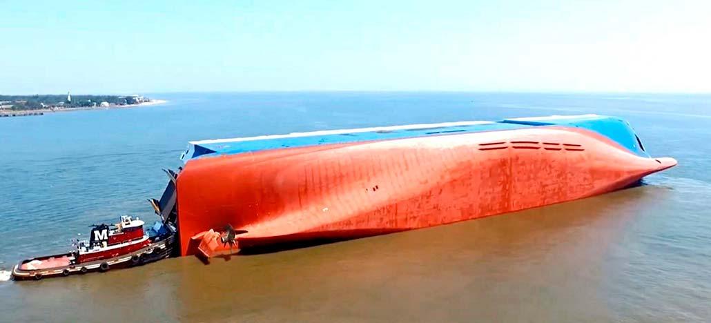 Imagens de drones mostram navio de carga virado na costa dos Estados Unidos