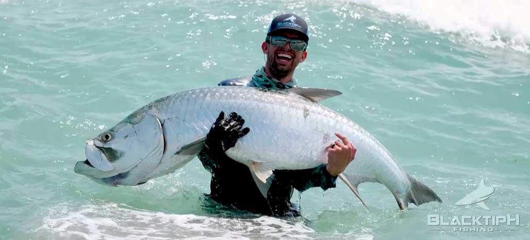 Peixe gigante é fisgado com ajuda de drone