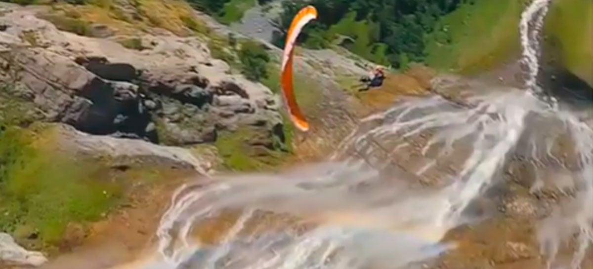 Drone FPV captura imagens sensacionais de salto de parapente