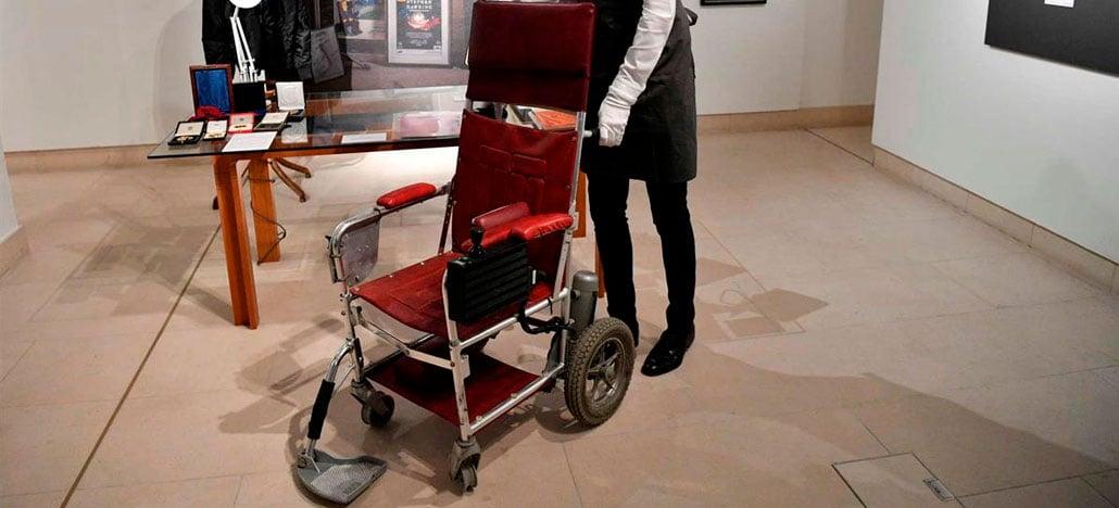 Cadeira de rodas do físico Stephen Hawking é comprada em leilão por 340,7 mil euros