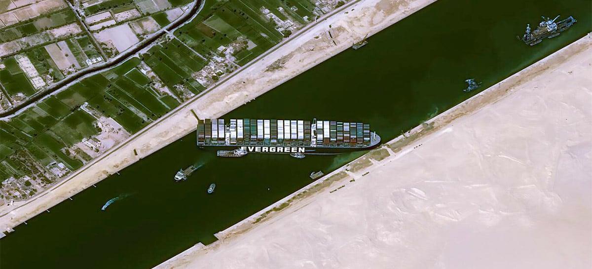 Navio encalhado no Canal de Suez pode agravar crise econômica global