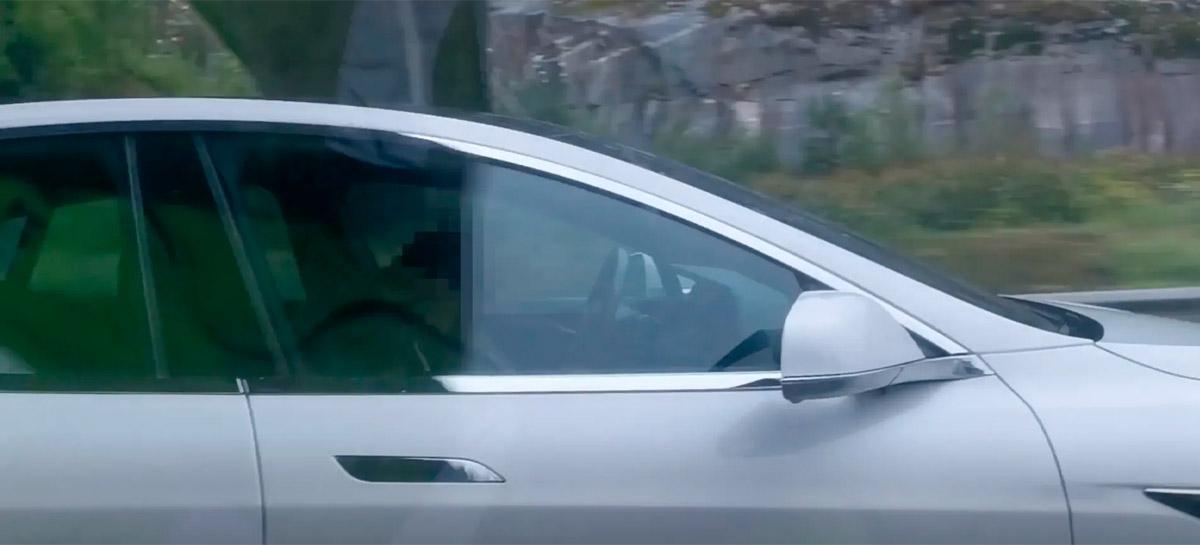 Tesla Model S guiado por motorista bêbado adormecido para e evita colisão